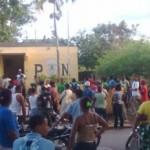 Hato Mayor.- Multitud Le Arrebata Preso Y Agrede Policías Municipio El Valle